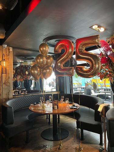 Tafeldecoratie 6ballonnen Chrome Goud En Folieballon Cijfer 25 Verjaardag The Oysterclub Rotterdam
